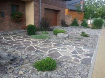 Dlažba z kamene v kombinaci s kamenem sypaným