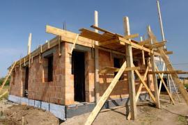 Dřevěné bednění stropního věnce, primitivní konstrukce lešení ze stavebního řeziva