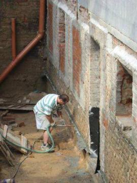 Tlakování spáry po podřezání zdiva a vložení hydroizolace.