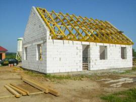 Hrubá stavba domu, zatím bez střešní krytiny