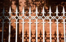 Ocelový plot s hroty je velkou překážkou, pletivo lze přestříhat, zídka se snadno přeleze.