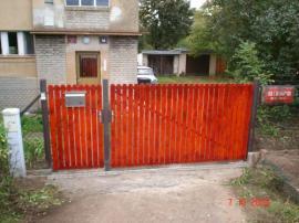 Vstupní brána a branka s dřevěnou plotovou výplní