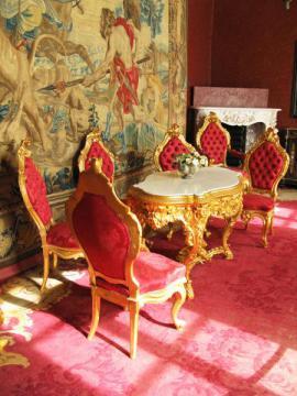 Historické čalouněné židle jako inventář zámeckého interiéru