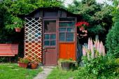 Zahradní domek na nářadí, v průčelí opatřen treláží