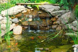 Zahradní rybníček, detail vodní kaskády