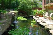 Zahradní rybníček vymezený kamennou stěnou