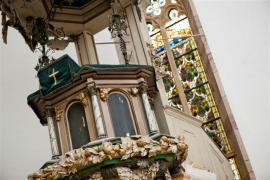 Zachovat jedinečný ráz stavby a zrestaurovat také okna s barevnými vitrážemi. To vše se v Ruhle podařilo díky kreativitě a úsilí Spolku na záchranu kostela Nejsvětější Trojice.