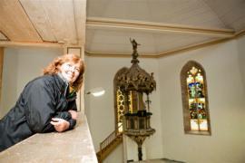 Ve městě Ruhla se prolínají odborné znalosti s nasazením dobrovolníků, díky nimž sanace probíhá tak úspěšně. O praktické a organizační aspekty sanace se po stránce plánování stará Birgit Walter, taktéž jedna ze členek spolku na záchranu kostela.