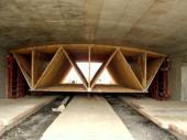 Vazníková konstrukce bednění betonového mostu