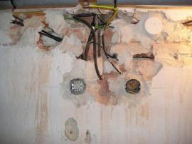 Katastrofální stav elektroinstalace ve sklepě staršího domu