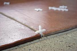 Přesné spáry vytvoříme pomocí plastových křížů