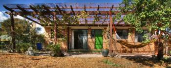 Zastřešená pergola řešící prostor terasy, k zastřešení byl použit polykarbonát