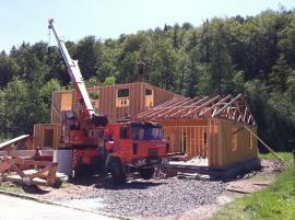 Rámová konstrukce dřevostavby v pokročilejším stádiu výstavby