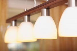 Závěsné stropní svítidlo s více zdroji světla a stínidly