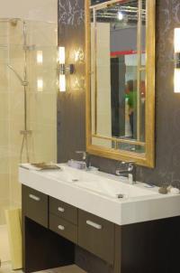 2 svítidla po obou bocích koupelnového zrcadla