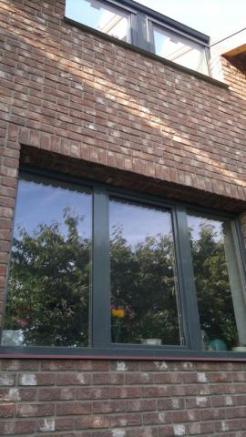 Detail fasády z lícových cihel a oken realizovaného RD