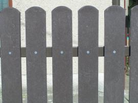 Šedé plastové plotovky