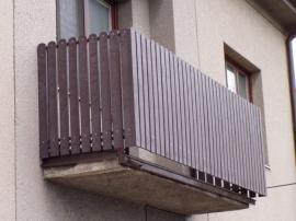 Využití plastových plotovek na balkónu