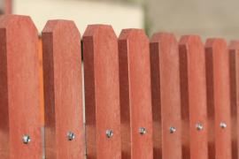 Speciální zabarvení plastových plotovek