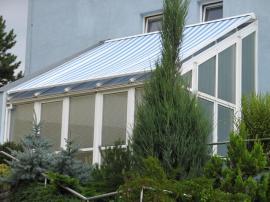 Vnitřní žaluzie a venkovní markýza stínící zimní zahradu shora