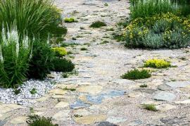 Dláždění přírodním kamenem v kombinaci s jemným štěrkem