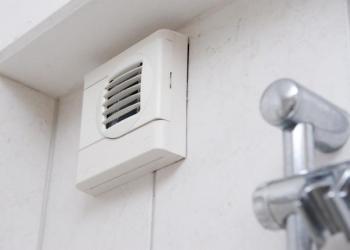 Mřížka ventilátoru v koupelně pod stropem