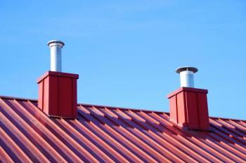 Společné odvádění spotřebovaného vzduchu prostupem skrz šikmou střechu