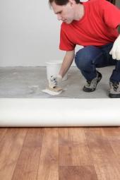 Nanášení lepidla pod PVC podlahovinu