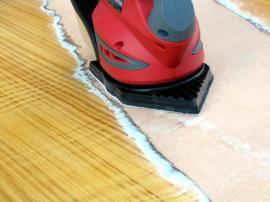 Broušení laku z povrchu dřeva