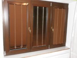 Okna s instalovanými horizontálními žaluziemi
