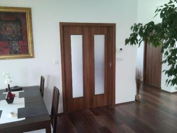 Posuvné dveře do stavebního pouzdra, lamino ořech, atypické prosklení