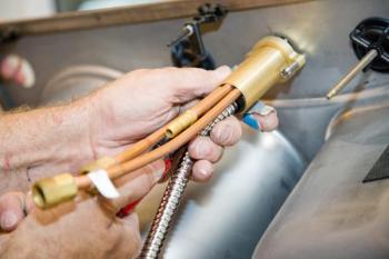 Připojení vody ke kuchyňské baterii zespoda