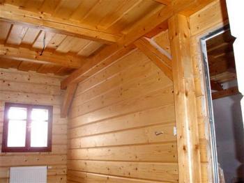 Pohled do interiéru roubenky - čistota, originalita a přírodní vzhled dřeva