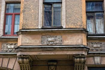 Nové okno versus stará, ještě by to ale chtělo opravit fasádu a vyměnit okna všechna