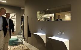 Netradiční osvětlení umyvadel, i sanitární keramika se může vznášet