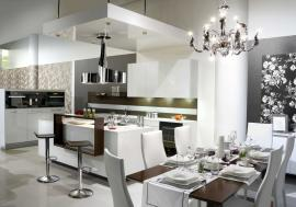 Kombinace bílé (čalouněné židle) a struktury dřeva (jídelní stůl) - kuchyně Senses