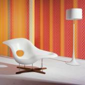 Designové křeslo a stojací lampa - dva solitérní prvky, které se doplňují