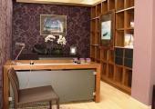 Luxusní pracovna v klasickém tónu ořechu, doplněno hnědou kůží