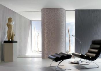 Detail luxusně vybaveného interiéru - funkcionalistická architektura je zde doplněna jemnými vzory tapet, originálním ergonomickým křeslem a uměleckým dílem, které se stává připomínkou umění dávných mistrů