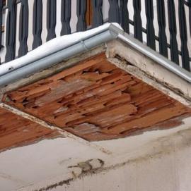 Vlhkostí poškozená konstrukce balkonu