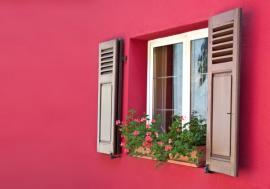 Plastové okno v kkombinaci s dřevěnými okenicemi - vyvážené řešení