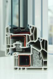 Plastový okenní profil s izolačním trojsklem