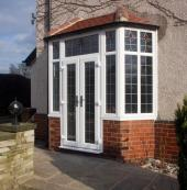 Plastové okenní profily umožňují i netradiční řešení, třeba v britském stylu