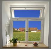 Tradiční dřevěné špaletové okno s úpravou povrchu bílou barvou