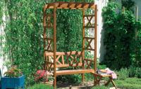 Lazurou natřená pergola s lavičkou