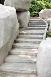 Betonové schodiště doplněné betonovými monolity, které nahrazují velké balvany
