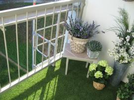 Umělý trávník na balkónu
