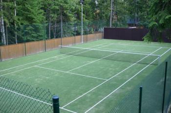Umělý travní koberec na tenisovém hřišti