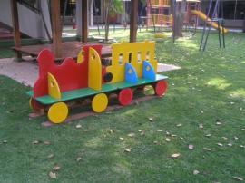 Umělý travní koberec na dětském hřišti