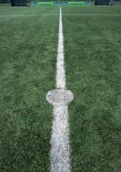 Umělý travní koberec na fotbalovém hřišti